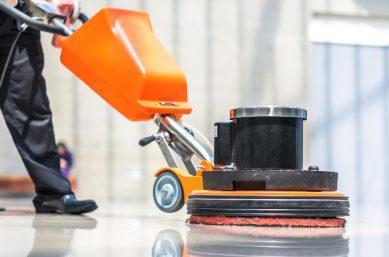 Mann reinigt Boden -Unterhaltsreinigung in der Industrie