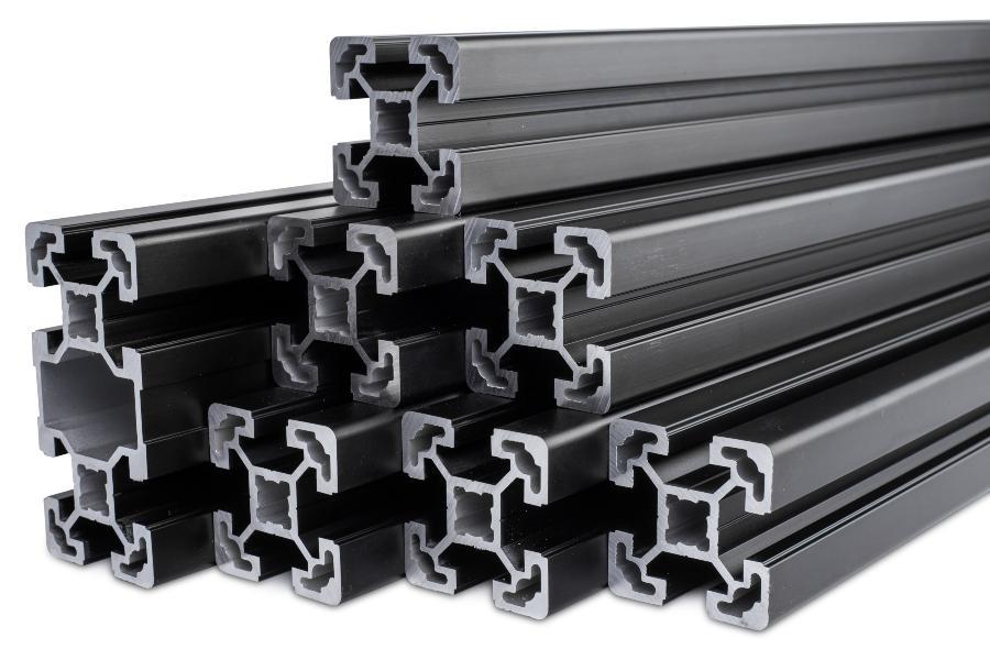 Stapel schwarz eloxierter Aluminium-Extrusionsstaebe