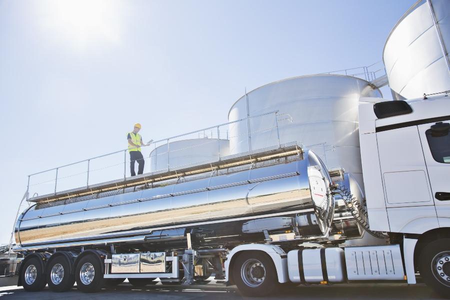 Arbeiter auf einem Edelstahl-Milchtankwagen Tankwagenreinigung