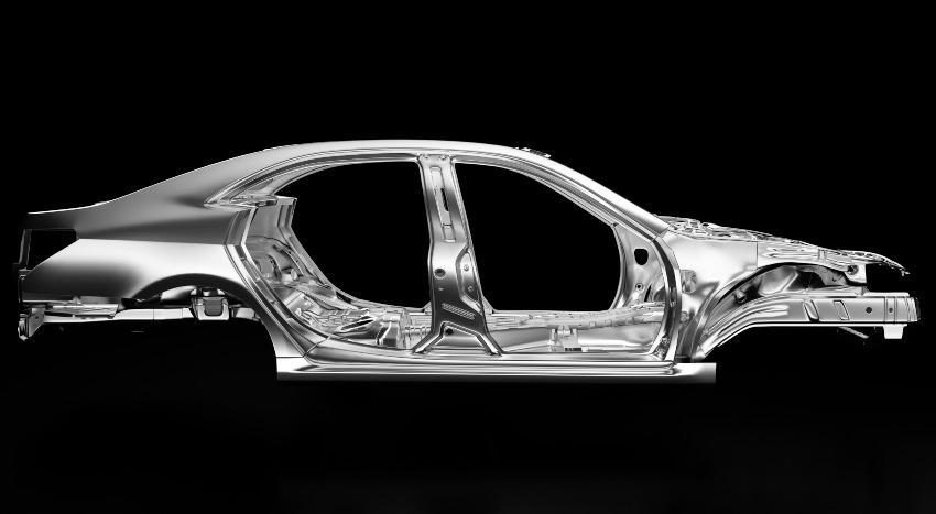 Silberne Autokarosserie im hellen Licht gegen schwarzen Hintergrund