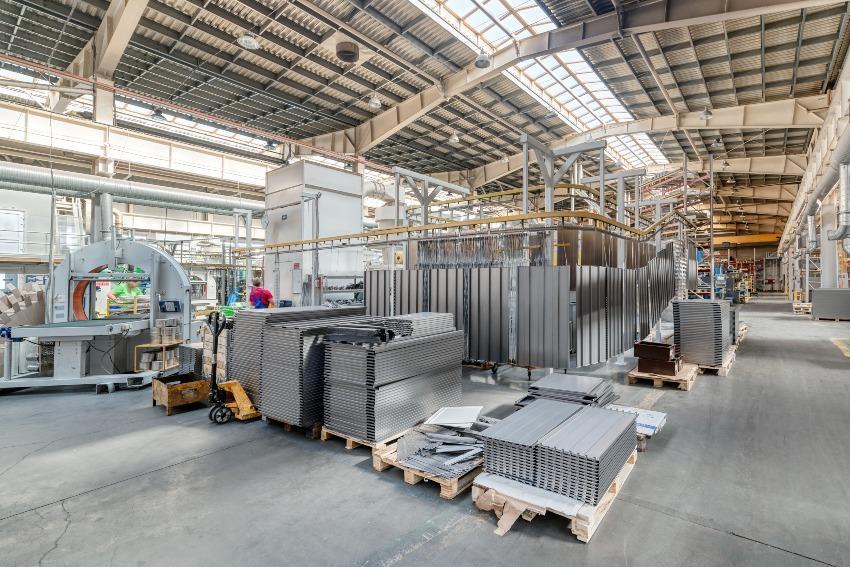 Lagerhalle von metallischen Platten - Prozesseffizienz verbessern durch Reduzierung von Lagerzeiten