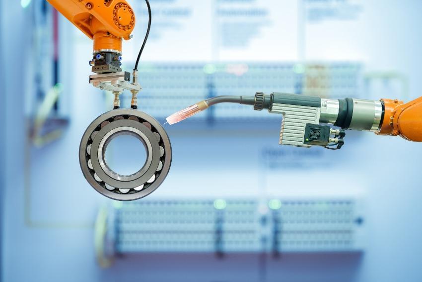Industrieroboter bearbeitet Metallwerkstück - Prozesseffizienz verbessern durch Automatisierung
