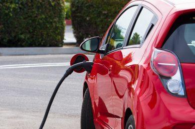 E-Auto wird aufgetankt - Elektromobilität