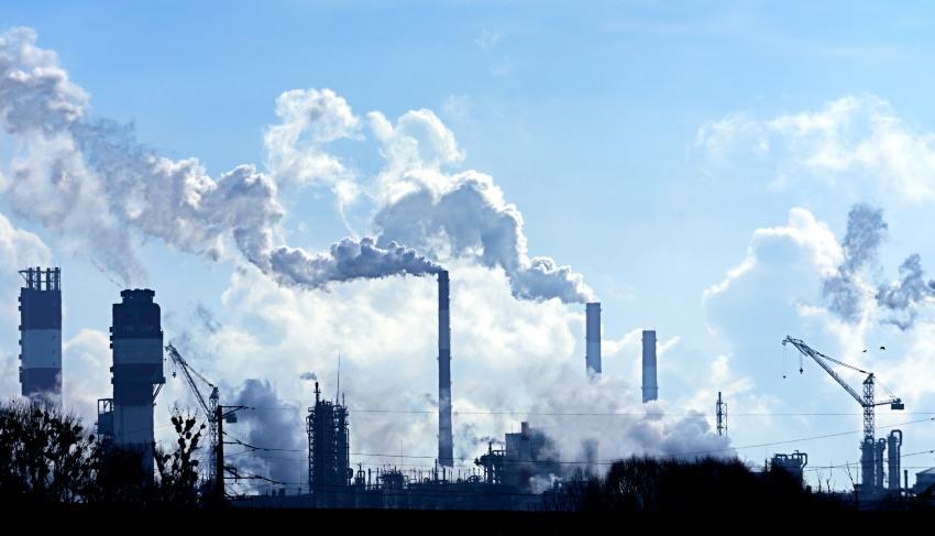 Rauchende Schornsteine einer Fabrik - Scope 1 Emissionen