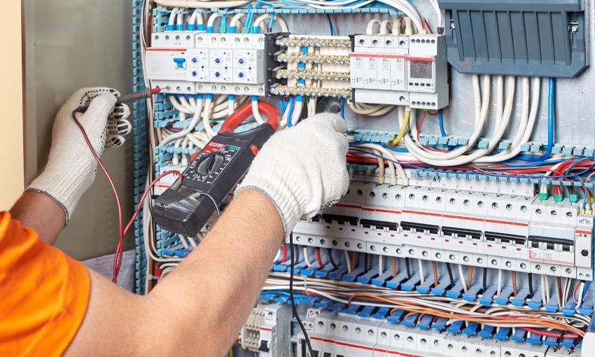 Techniker misst Stromverteileranalage