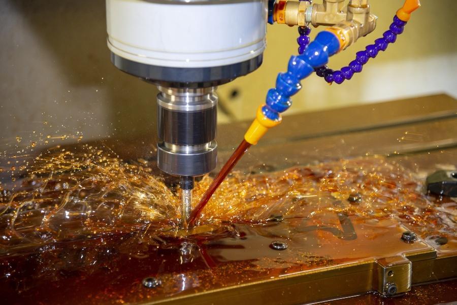 CNC computergesteuerter Bohrer wird durch Schmierstoff gekählt - Tribosystem