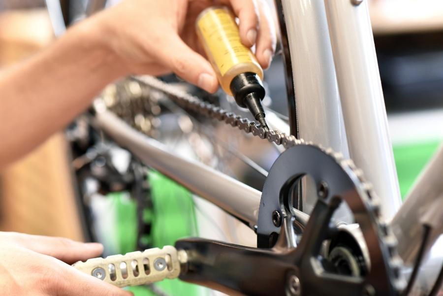 Jemand ölt seine Fahrradkette