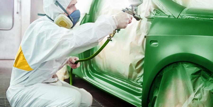 Lackierer bei der Arbeit - Reststoffe aufbereiten durch die Rematec GmbH